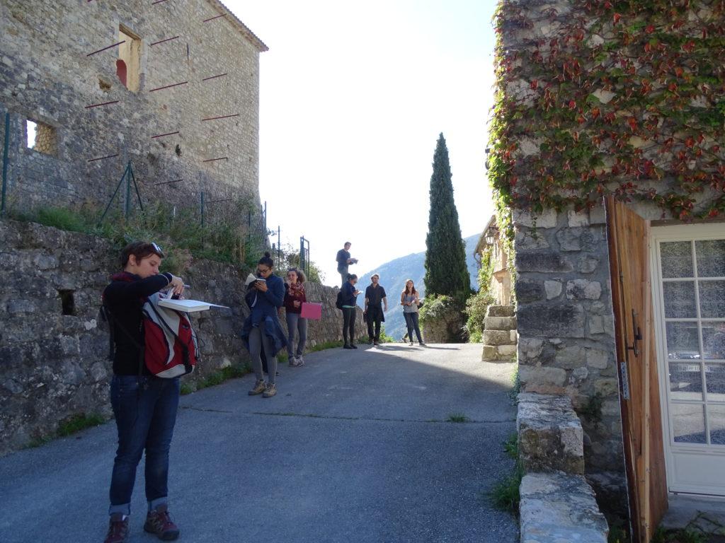 Futurs architectes arpentant les ruelles de Gréolières, Ateliers hors les murs d'octobre 2017 @PNR Préalpes d'Azur